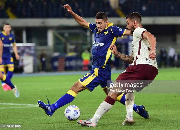 Davide Faraoni of Hellas Verona competes for the ball with Leonardo Spinzzolaa of AS Roma the Serie A match between Hellas Verona FC and AS Roma at...