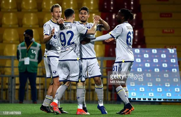 Davide Faraoni of Hellas Verona FC celebrates with his team mates Antonin Barak ,Kevin Lasagna and Adrien Tameze after scoring his goal during the...