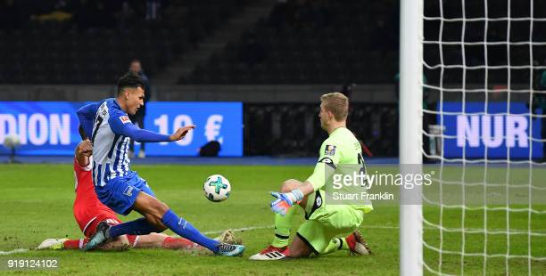 Davie Selke of Berlin has a shot saved by Robin Zentner of Mainz during the Bundesliga match between Hertha BSC and 1 FSV Mainz 05 at Olympiastadion...