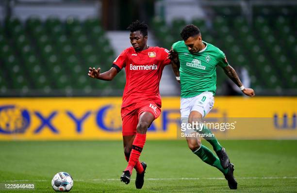 Davie Selke of Bremen challenges Edmond Tapsoba of Leverkusen during the Bundesliga match between SV Werder Bremen and Bayer 04 Leverkusen at...