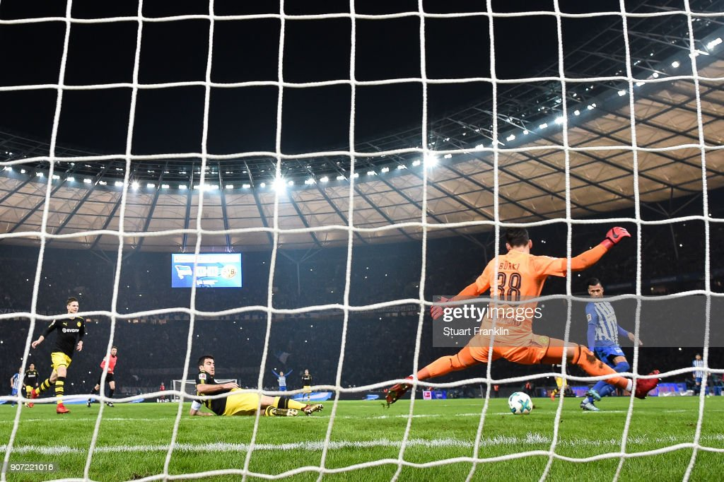 Davie Selke #27 of Hertha Berlin scores his team's first goal to make it 1-0 during the Bundesliga match between Hertha BSC and Borussia Dortmund at Olympiastadion on January 19, 2018 in Berlin, Germany.