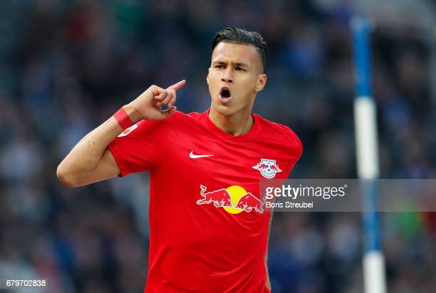 Davie Selke of RB Leipzig celebrates with team mates after scoring his team's fourth goal during the Bundesliga match between Hertha BSC and RB...