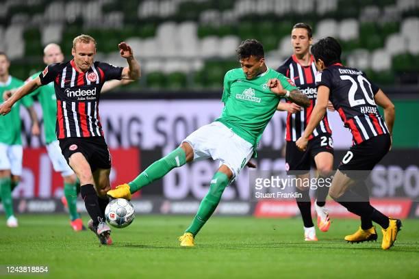 Davie Selke of SV Werder Bremen is pressured by Makoto Hasebe and Sebastian Rode of Eintracht Frankfurt during the Bundesliga match between SV Werder...