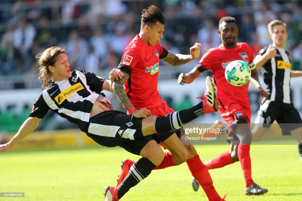 Davie Selkie of Berlin (R) scores the first goal against Jannik Vestergaard of Moenchengladbach (L) during the Bundesliga match between Borussia Moenchengladbach and Hertha BSC at Borussia-Park on April 7, 2018 in Moenchengladbach, Germany.
