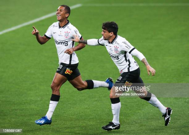 Davo of Corinthians celebrates with his team mates after scoring the first goal of their team during the match against Atletico MG as part of...