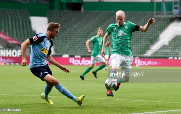 Davy Klaassen of SV Werder Bremen is challenged by Christoph Kramer of Borussia Moenchengladbach during the Bundesliga match between SV Werder Bremen...
