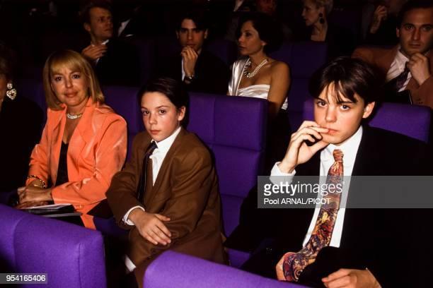 Davy Sardou et Romain Sardou avec leur mère Elisabeth dite Babette Sardou lors d'une soirée en janvier 1992 à Paris France