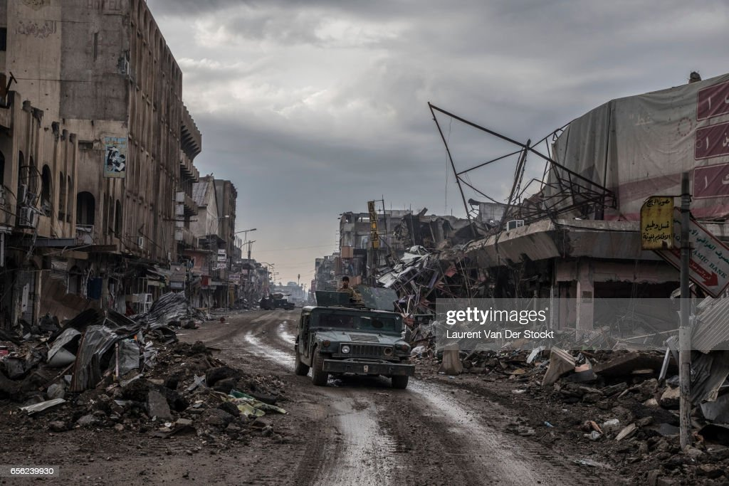 Suicide Car Bomber Strikes Iraqi Forces in Mosul : ニュース写真