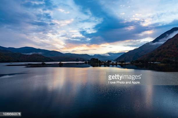 dawn at lake akimoto - 暦月 ストックフォトと画像