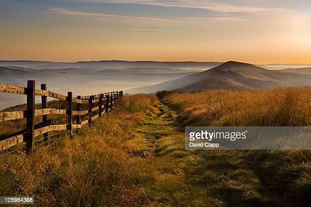 dawn at mam tor, the peak district, derbyshire, uk - peak district national park stock pictures, royalty-free photos & images
