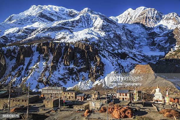 dawn at manang, annapurna circuit, nepal - annapurna circuit stock photos and pictures