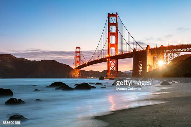 dawn at the golden gate bridge, san francisco, usa - san francisco fotografías e imágenes de stock