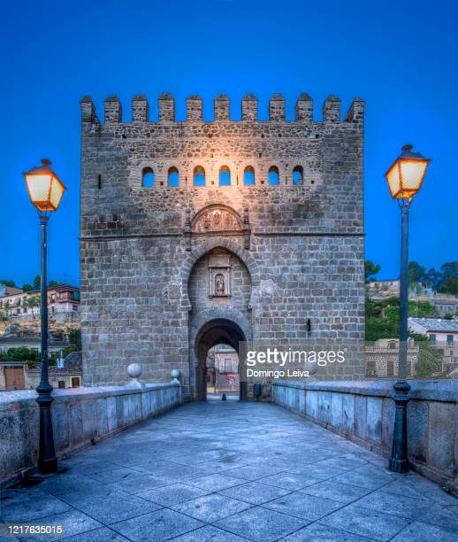 dawn at the san martin bridge in toledo, spain - unesco stockfoto's en -beelden