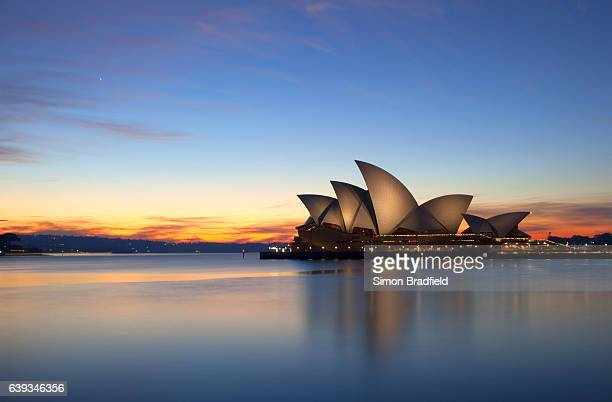 dawn breaks over the sydney opera house - opernhaus stock-fotos und bilder