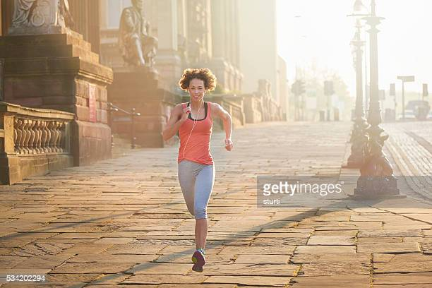 dawn city jogger - liverpool training stock pictures, royalty-free photos & images