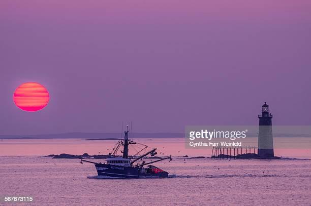 dawn fishermen at ram island light - boothbay harbor stock-fotos und bilder