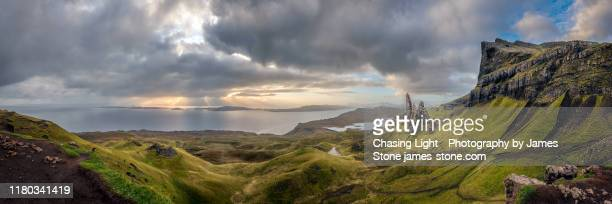 dawn light at the old man of storr, isle of skye - écosse photos et images de collection