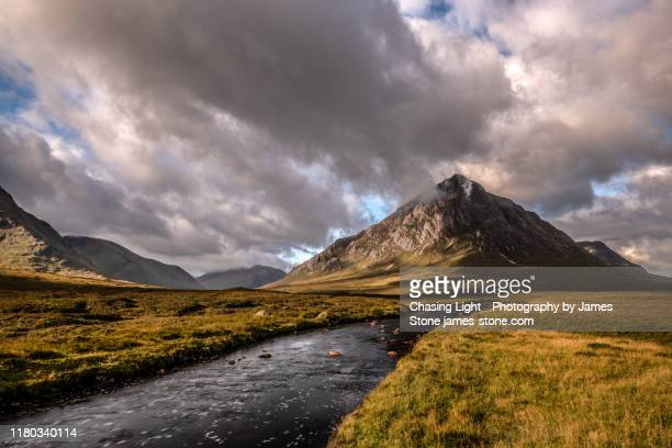 dawn light on buachaille etive mòr in the scottish highlands - glen etive mor stock pictures, royalty-free photos & images