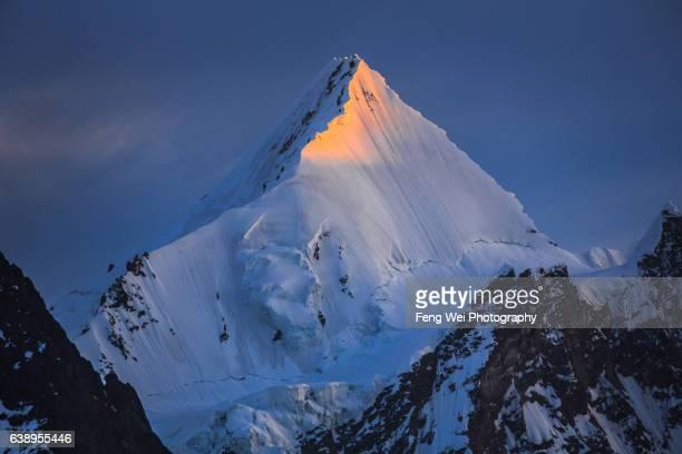 dawn light over angel peak (angel sar), concordia, central karakoram national park, gilgit-baltistan, pakistan - k2 mountain stock pictures, royalty-free photos & images