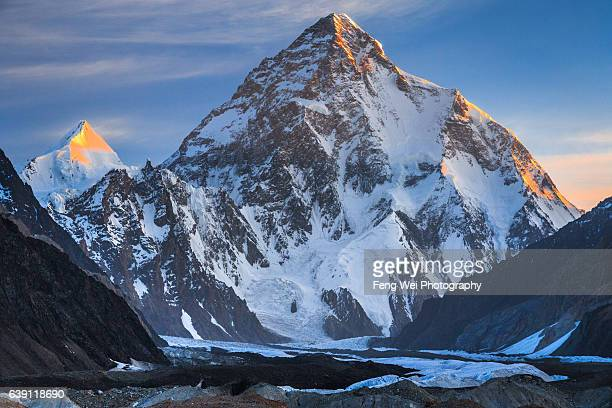 dawn light over k2 & angel peak, concordia, central karakoram national park, gilgit-baltistan, pakistan - k2 mountain stock pictures, royalty-free photos & images