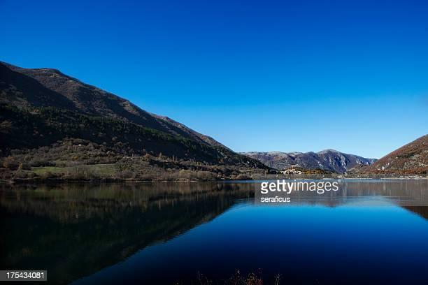 alba sul lago di scanno - parco nazionale d'abruzzo foto e immagini stock