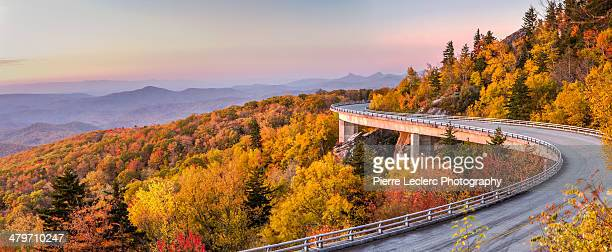 dawn on the blue ridge parkway - north carolina photos et images de collection