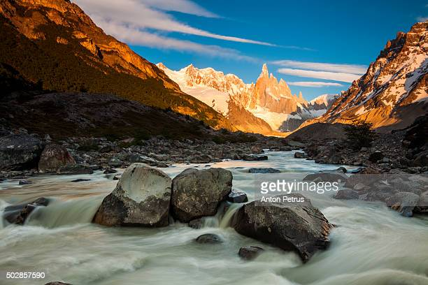dawn on the river at the mountain cerro torre - cerro torre photos et images de collection