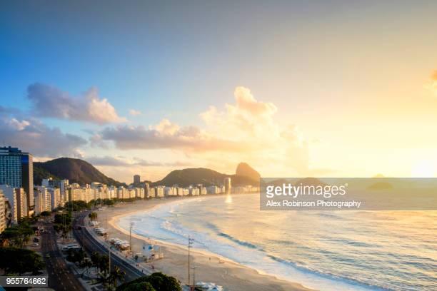 dawn over copacabana beach in rio de janeiro - copacabana rio de janeiro stock-fotos und bilder