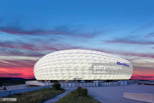 amanhecer sobre iluminado futebol estádio allianz arena, em munique - munique imagens e fotografias de stock