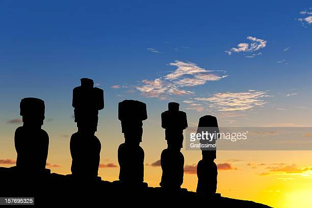 dawn over moais at ahu nau on easter island chile - rano raraku stock pictures, royalty-free photos & images