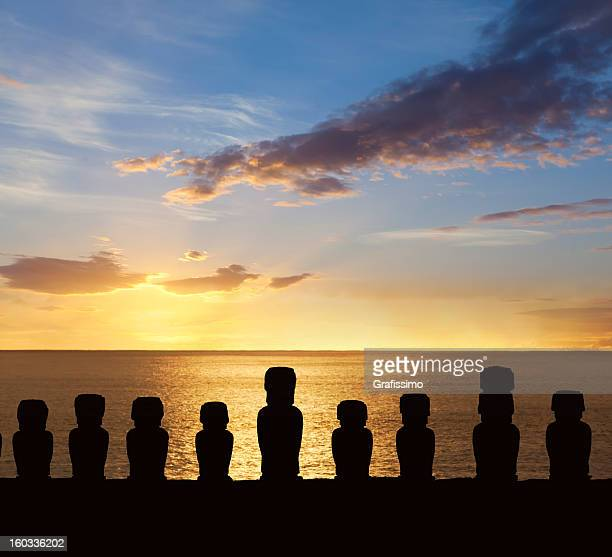 dawn over moais at ahu tongariki easter island chile - rano raraku stock pictures, royalty-free photos & images