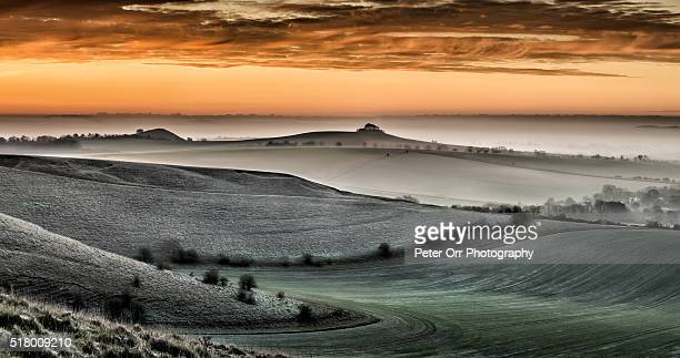 dawn over the north wessex downs - ウィルトシャー州 ストックフォトと画像