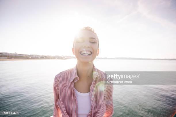 Dawn Porträt glücklich Frau am Meer