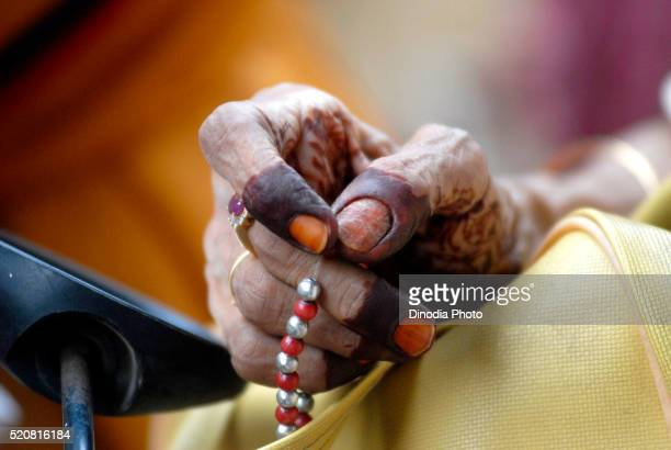 dawoodi bohra muslim lady chanting using prayer beads - 詠唱 ストックフォトと画像