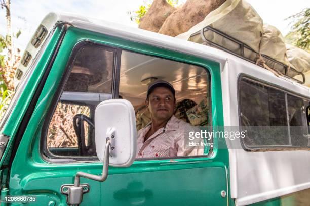 een dag in het leven - koffieboer - colombia land stockfoto's en -beelden