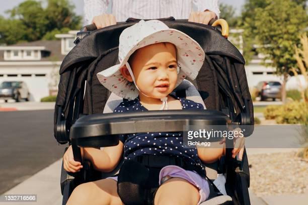一歳の少女の人生の一日 - 1歳以上2歳未満 ストックフォトと画像