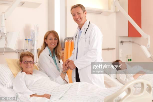 journée dans la vie d'un patient, la visite de médecins - chambre hopital photos et images de collection