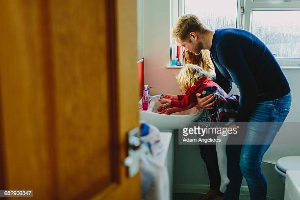 day in the life of a stay at home dad - genderblend - fotografias e filmes do acervo