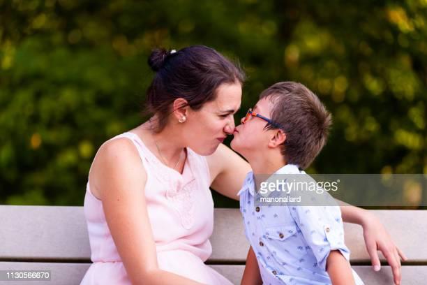 giornata nella vita della famiglia con quattro bambini che due sono sindrome di down e autismo - autismo foto e immagini stock