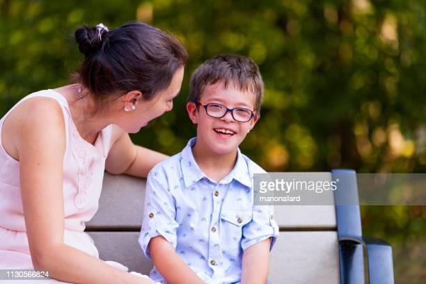 dia na vida da família com quatro childs quem dois são down ' síndrome e autismo de s - autismo - fotografias e filmes do acervo