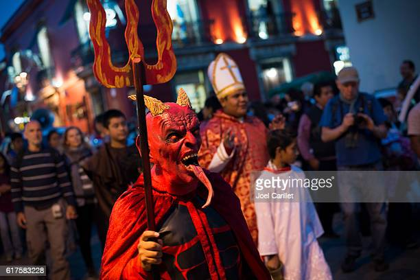 day of the dead costumes in oaxaca, mexico - devil costume stockfoto's en -beelden