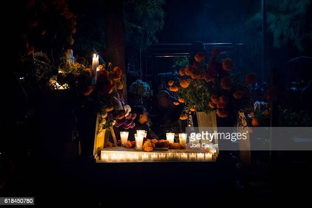 day of the dead grave at night in oaxaca, mexico - day of the dead - fotografias e filmes do acervo