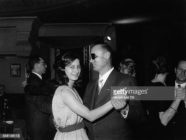 Dayan Moshe * Politiker Offizier Israel Verteidigungsminister 19671974 Aussenminister 19771979 tanzt mit seiner Tochter Yael undatiert