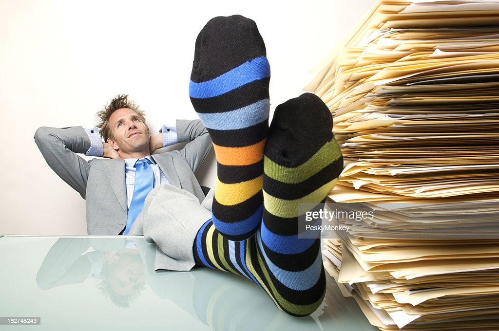 homme daffaires r ver employ de bureau putting chaussettes ray es pieds bureau photo getty images. Black Bedroom Furniture Sets. Home Design Ideas