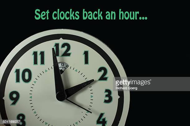 daylight savings clock - cambio horario fotografías e imágenes de stock
