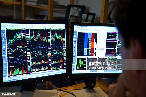 daytrader at his computer - börsenhändler stock-fotos und bilder