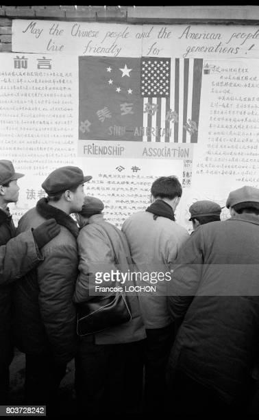 Dazibaos sur l'amitié sinoaméricaine sur le mur de la Démocratie en février 1979 à Pékin Chine