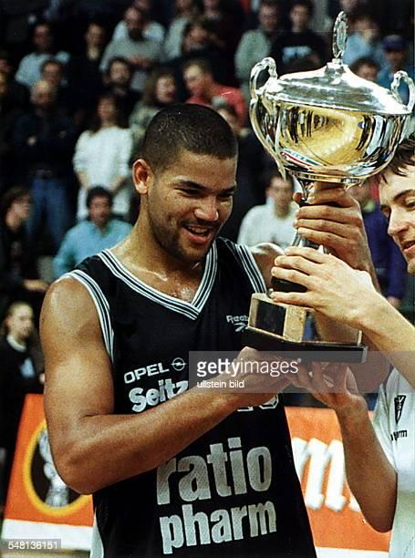 Pokalfinale in der Sömmeringhalle in Berlin : - Stephen Arigbabu von SSV Ulm mit dem DBB-Pokal