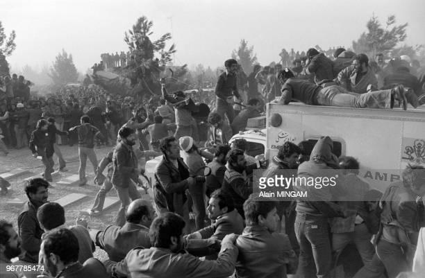 Débordement lors de la venue de l'ayatollah Khomeini au cimetière des martyrs de Beheshte Zahra à Téhéran le 31 janvier 1979 Iran