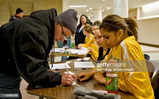 BREWSTER • dbrewster@startribunecom Monday_12/22/08_Burnsville ] At the Burnsville High School Jess Axt reported his lost cat Salt to volunteers...